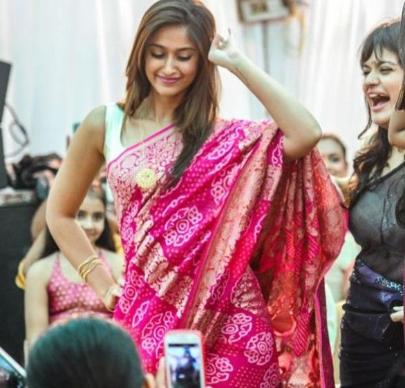 sexy Dancing Ileana Spotted in Saree photos