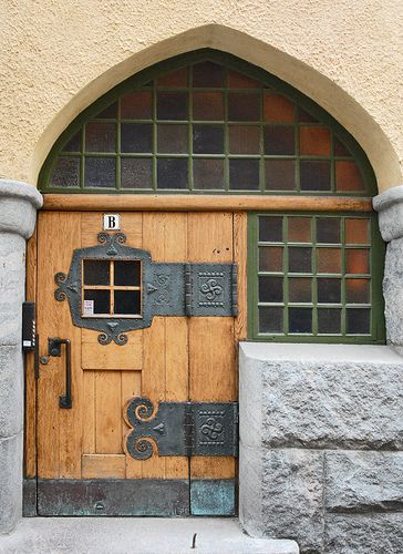 Porte d'entrée d'Immeuble du quartier  Katajanokka (Helsinki) by dalbera, via Flickr