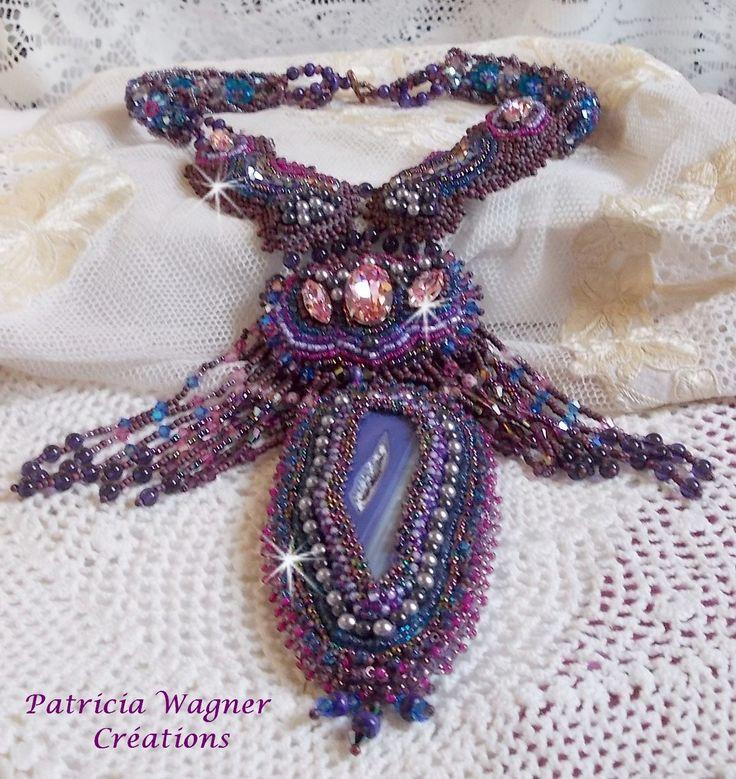 Un tourbillon de perles pour ce collier Esméralda qui ornent un motif central d'une fine tranche d'agathe de couleur parme. Vous pouvez le voir sur ma boutique :