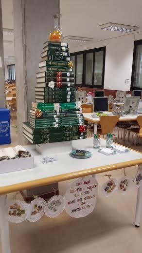 Árbol de Navidad solidario en la Biblioteca de Química y Biología. Diciembre 2015.  6ª Campaña de recogida de alimentos ULL solidaria.