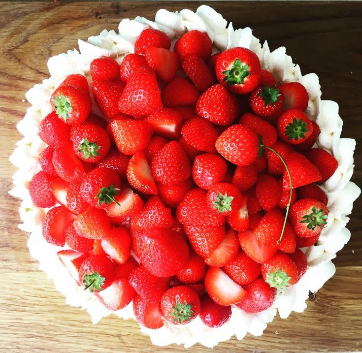 Quick Strawberry Midsummer Cake / Snabb Jordgubbstårta Ever need to make an impressive cake in a jiffy? This one is so super easy - we tested it with two kids (Astrid 7 and Elsa 5) and ...