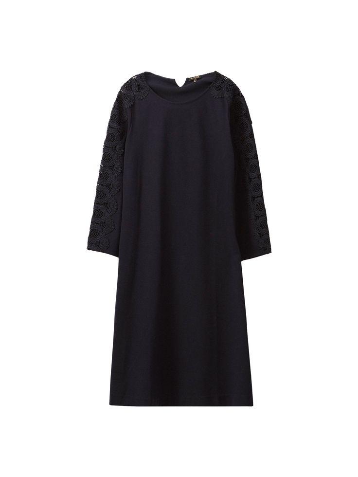 Vestido azul-marinho com pormenor de renda. Corte reto, decote semibarco e manga 7/8. O comprimento da peça de roupa no tamanho M é de 86 cm.