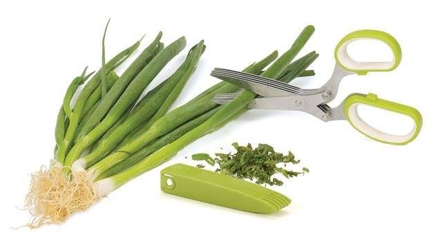 Si te tardas en picar algunas hierbas para condimentar tus platos, te recomendamos usar unas tijeras para cortarlas en menor tiempo y mejores proporciones. Para conocer más de ese práctico invento visita: http://bit.ly/ZUhQrV