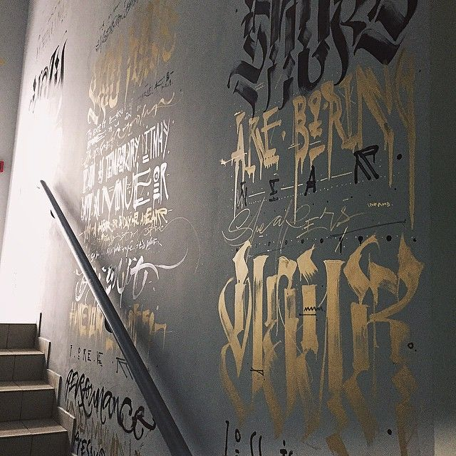 pokras:  Всю ночь (около 10 часов от и до) я работал над росписью входа в магазин @sneakerheadrussia. Я специально остановился на простой гамме в виде черного глянцевого (основа) и золотого (акценты или паттерновый бекграунд). В итоге роспись красиво выглядит при естественном освещении (глянец букв на матовой стене) и при различном освещении (так как золото само по себе под разными углами выглядит разной тональности, а тут еще и отлично балансирует черный в общей гамме. В общем доволен…