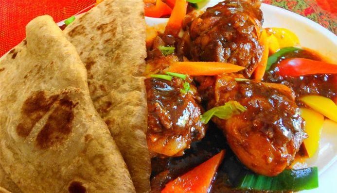 Roti Ketjap Kip (Sandhia's roti met gestoofde kip in zoete ketjap) - Hoofdgerecht Surinaams