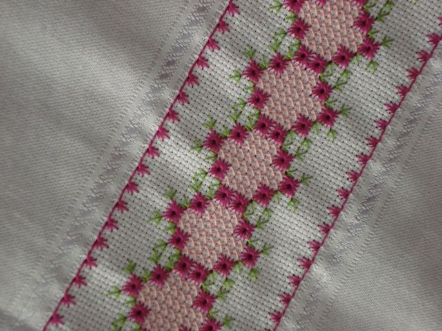 Ponto crivo sem corte - Trabalho quase concluído, falta apenas o barrado em crochê.   Flickr – Compartilhamento de fotos!