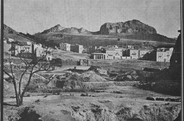 Η περιοχή των σημερινών Εξαρχείων, χωματουργικές εργασίες στην ομώνυμη πλατεία. Την εποχή εκείνη τα σημερινά Εξάρχεια ήταν προάστιο της Αθήνας (φωτογραφικό πηγή άγνωστη).