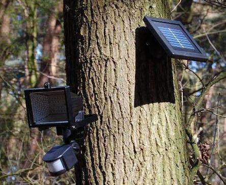 Buitenverlichting op zonne energie, kan overal worden opgehangen zonder elektriciteit in de buurt. De lamp gaat automatisch aan als er een beweging wordt gedetecteerd.
