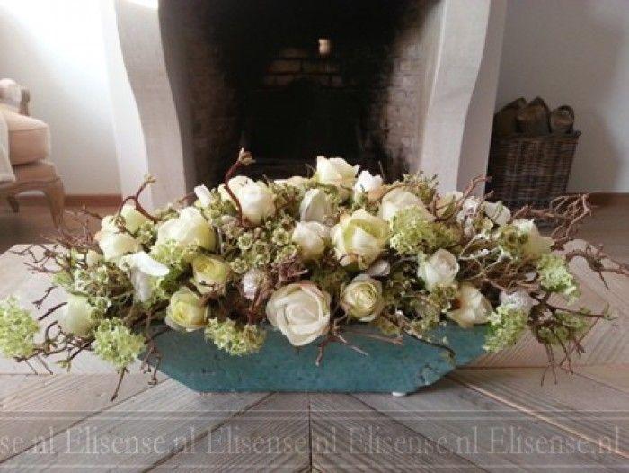 Leuk om zelf te maken - Zelf maken tijdens een workshop bloemschikken bij Elisense landelijk wonen: Bloemstuk met zijde bloemen. Niet van echt te onderscheiden.