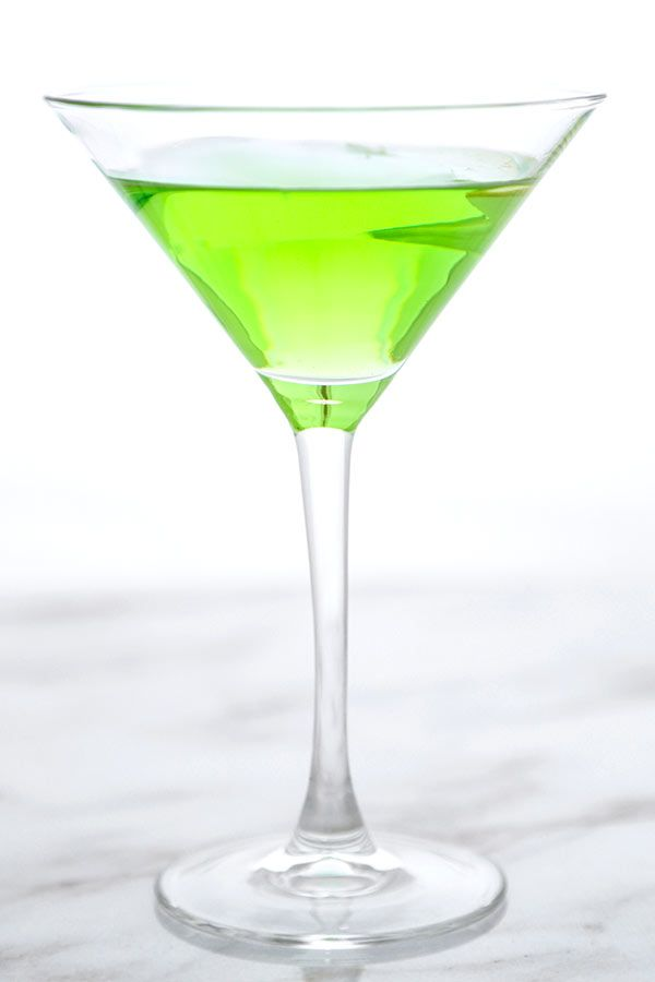 Sour Appletini - A very green and puckery Sour Appletini Recipe that tastes just like Granny Smith apples! Only 3 ingredients needed! Recipe, drinks, cocktail, vodka, Thanksgiving, Christmas | pickledplum.com