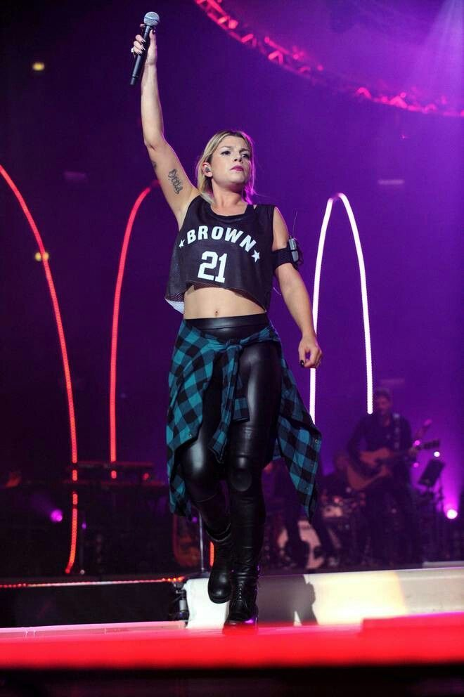 Emma Marrone gets pumped up at one of her concerts!!