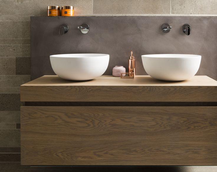 Nederlands design Mooi: het houten meubel in combinatie met de mat witte waskommen straalt warmte uit. Extra leuk: het meubel is een Nederlands product!