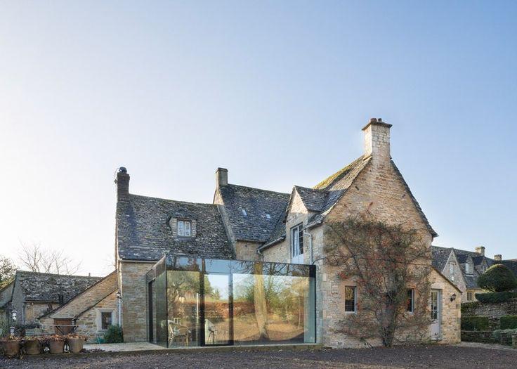 Le studio londonien Jonathan Tuckey Design a réalisé cette extension contemporaine vitrée sur une magnifique maison en pierre. Le but était de fournir un e