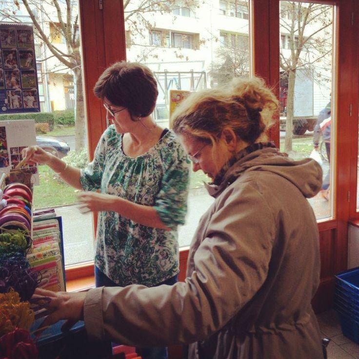 Elkel a segítő kéz. Ancsánál mindig nagy a választék a színes dolgokból. :) #advent
