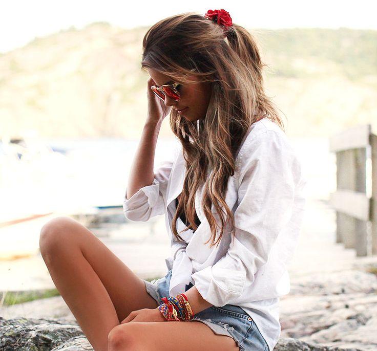 nettenestea annette haga outfit hår lysebrunt armbånd hvit skjorte denim shorts levis casual antrekk lysekil hytte sommerhus sverige ferie juli 2014