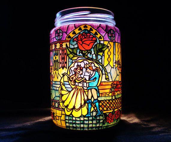 Este tarro de la vela es una obra de arte pintada totalmente a mano. Se trata de personajes de cuento intemporal de Disney, La bella y la bestia. Cuando se enciende una vela dentro del frasco que produce un suave resplandor de luz del sol a través de un vitral de parpadeo. Perfecto como regalo para alguien querido, o como un tesoro para disfrutar en su propia casa durante años. La jarra mide aprox. 5,5 pulgadas alto y 3,5 pulgadas de diámetro. Desde que uso frascos reciclados, las…