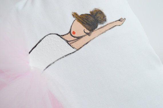 Fodera per cuscino unico fatto a mano ballerina! (dipinto di ballerina e mano tutu cuciti a mano), ideale per la camera di una bambina, scuola materna, baby doccia, regalo di compleanno o qualsiasi amanti della ballerina!  -Fodera per cuscino bianco con ballerina in tutù rosa chiaro -Il prezzo include una mano cuscino copertina solo dipinta (inserto non incluso) -Si consiglia di utilizzare un inserto più grande per un look completo/carne cuscino! (ie. usare un inserto 18 x 18 per una…