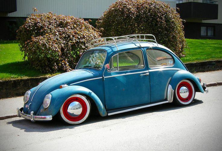 Blauer Käfer mit weißwandigen Rädern