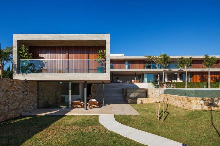 Os dormitórios e ambientes sociais estão voltados para a paisagem ao norte. Reinach Mendonça Arquitetos Associados: Casa EL, Bragança Paulista, SP - Arcoweb