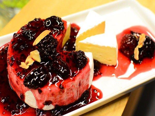 ♥ Para receber: ♥ 01. Brie com Geleia♥ – coloque geleia de frutas vermelhas, amora ou morango sobre o queijo brie – leve ao microondas por aproximadamente 30 segundos pausando a cada 5 segundos – corte em fatias e coloque amora ou blueberry sobre ele para decorar