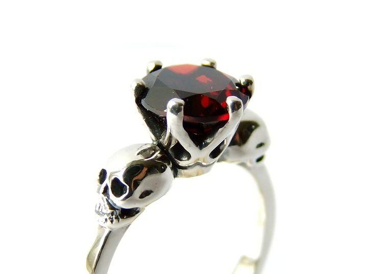 Totenkopf Silber Ring mit Granat rot Memento Mori von Kipkalinka auf DaWanda.com