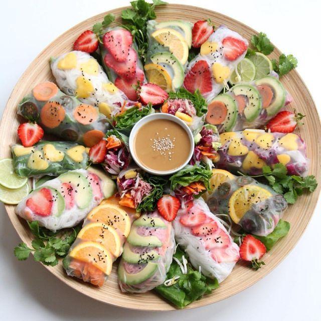 海外で人気の「フルーツロール」。ライスペーパーで果物や野菜を巻き、ディップして食べる料理です。簡単なのに、目を引いて美しく、パーティー料理としてもバッチリ使えますよ。夏で食欲がないときこそ、色彩豊かなメニューにトライしませんか?