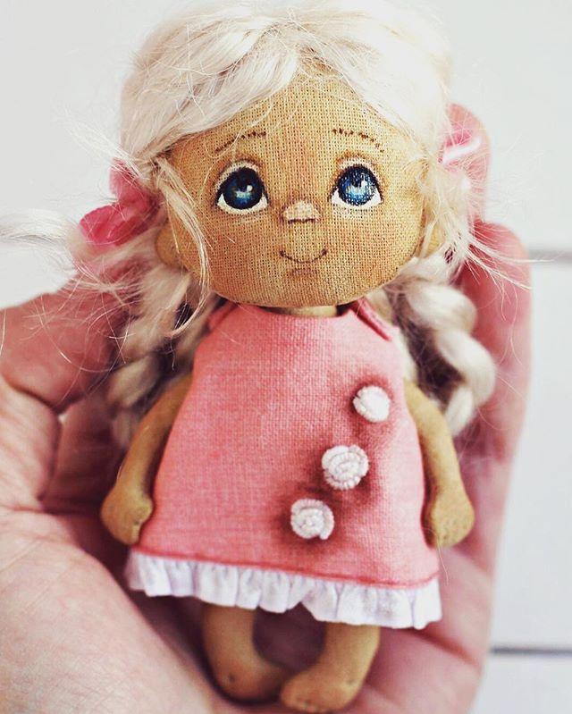 Дорогие мои, доброй ночи! Самых красивых и ярких снов! А мой ребенок одела платьице!#куклаброшь#кроха#кукла#yalodolls#doll#dolls#dollface#dollstagram#instadoll