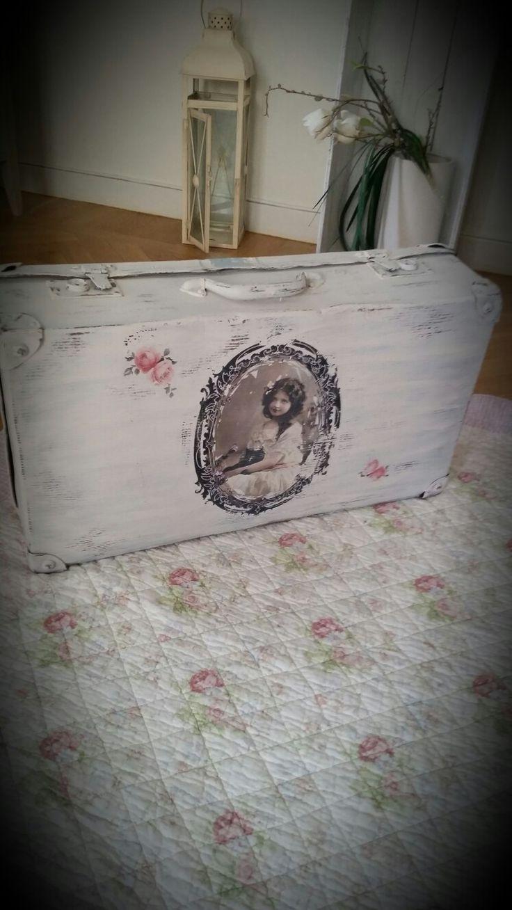 Gammal ommålad resväska