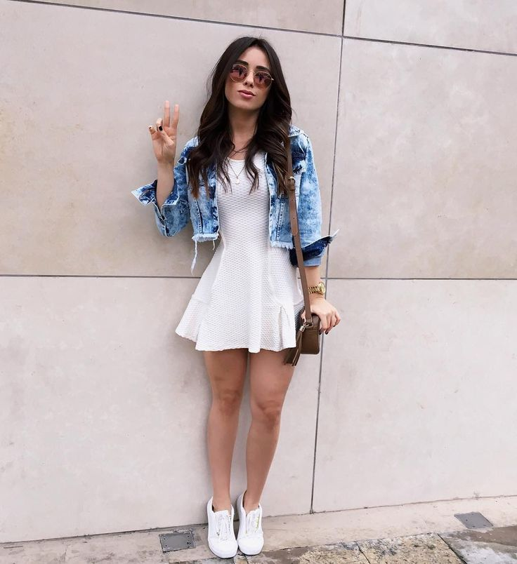 Vestido branco+ jaqueta jeans + tênis