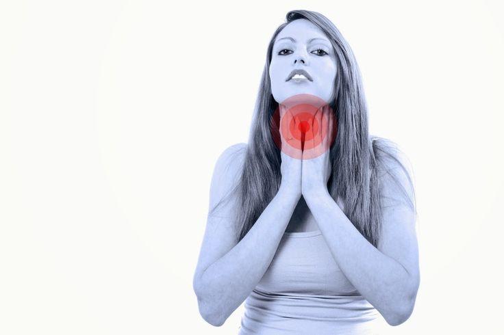 AIRLIFE te informa. ¿Cuáles son los síntomas de la bronquitis aguda? pueden incluir: Dolor de garganta. Fiebre. Tos que puede producir una mucosidad transparente, amarillenta o verdosa. Congestión en el pecho. Falta de aire. Respiración sibilante. Escalofríos. Dolores por todo el cuerpo. Entre otros síntomas.