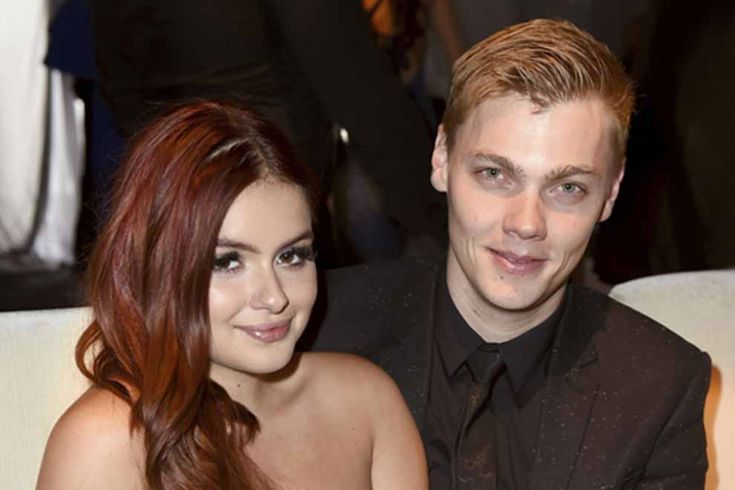 It would seem that Levi Meaden was getting a little handsy with GF Ariel Winter's posterior. We have the wicked pic where she's flaunting a major grimy palm prints on her butt.