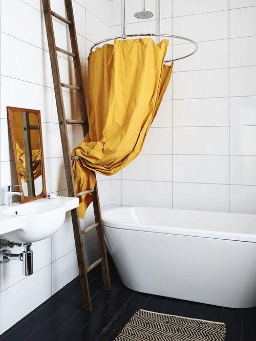 Duschdraperier och stänger är inte direkt något som vi brukar hurrar högt för som inredning i badrummet. Ofta är de...