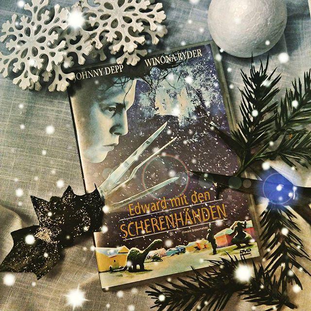 Für mich wird es Zeit mich von Tim Burton und seinem 'Edward mit den Scherenhänden' in Weihnachtsstimmung bringen zu lassen. Wer das zauberhafte Märchen mit Johnny Depp und Winona Ryder noch nicht kennt, sollte ruhig einen Blick riskieren.  #tim burton #johnny depp #winona ryder #edward mit den scherenhanden #edward scissorhands #weihnachten #märchen #dvd #movie #film #