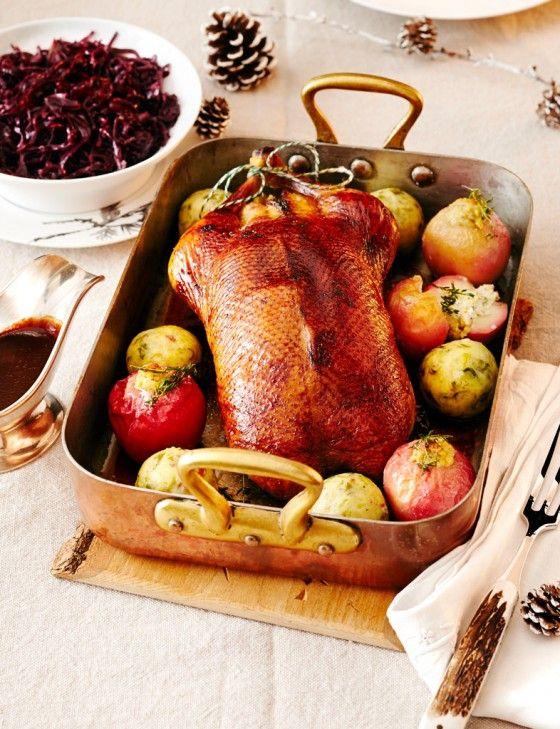 Festmahl mit Wow-Effekt: Gefüllte Ente mit Orangensauce. Portwein-Blaukraut, Ingwer-Bratäpfel und Orangensauce begleiten den festlichen Vogel.