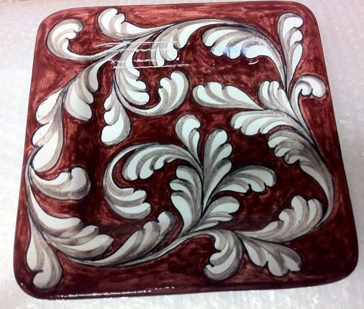 Piatto quadrato, lato 20 cm, con fogliami a spirale su fondo rosso  euro 25.00