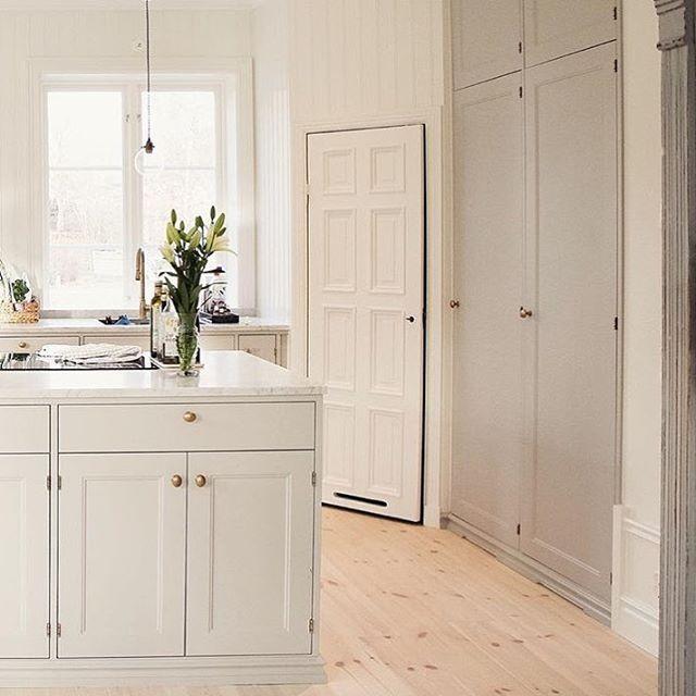 KÖK ➰ Deras nybyggda drömhus i sekelskiftesstil i Vaxholm blev inflyttningsklart i oktober. Nu pågår invändigt färdigställande (det roligaste och inredningspiffet!;) Och så himla fint det blir! Hos @villabjorkviken, ett nystartat konto som taggat #renoveringsdamm hittar ni inspirationen! Här ser vi deras kök från Järfälla kök. Vilket också är leverantören till den platsbyggda kommoden i badrummet som är