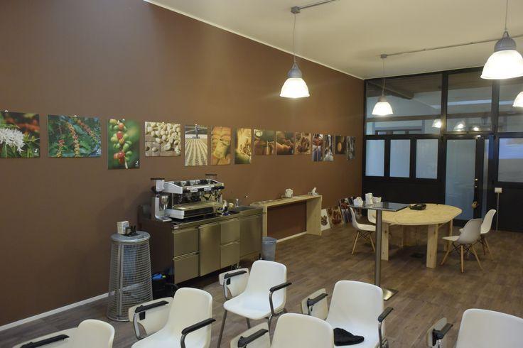 CAFFE' DF TORREFAZIONEARTIGIANALEDAL 1975  SALA CORSI DF Coffee School La Coffee School nasce a Ottobre 2002 da un'idea di Torrefazione Caffè DF con l'obiettivo di diffondere la cultura del caffè espresso di qualità e di fornire consigli utili agli esercenti dei locali pubblici per quanto riguarda l'arte del fare il caffè e le attrezzature. Torrefazione Caffè DF effettua corsi di formazione per gli operatori del settore. Il nostro obiettivo: diffondere la cultura del caffè espresso di…
