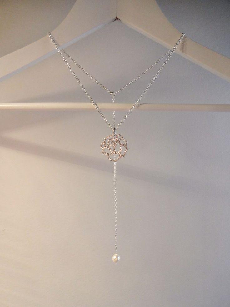 Collier bijou de dos pour mariage perle swarovsky avec chaine plaqué argent et une rose ajourée serti