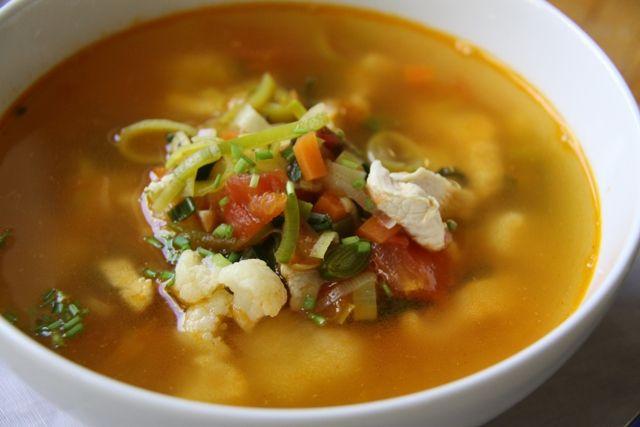 Куриный суп с цветной капустой и томатами