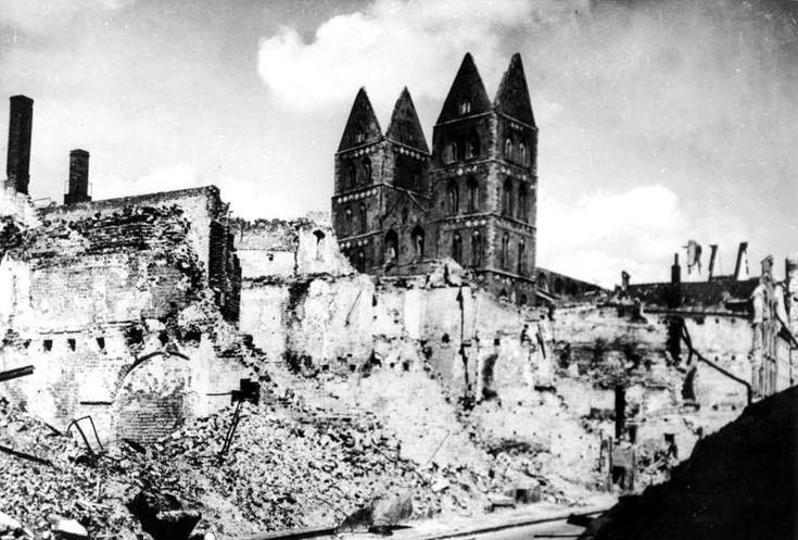 Bundesarchiv Bild 146-2005-0054, Lübeck, Ruinen um Marien-Kirche - Bombing of Lübeck in World War II - Wikipedia