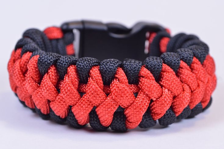 "The ""Crooked Spine"" Paracord Survival Bracelet Tutorial - BoredParacord"