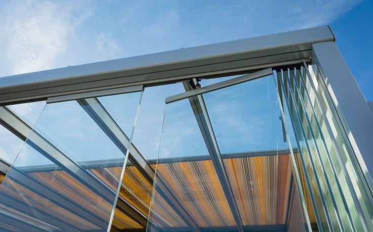 COBERTI Toldo horizontal motorizado para pérgola de aluminio con cerramiento de cristal sin marcos en porche de vivienda. #toldos #horizontales #motorizado #vivienda #terrazas #porches #jardin #pergolas #sombra #protección #coberti #malaga