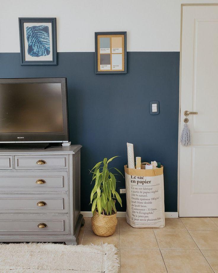 Hacía rato que quería pintar alguna pared con el efecto half painted wall y estoy feliz con el azul que elegimos para este cuarto. La pared quedó increíble y motivó algunos otros pequeños cambios que terminaron de completar el espacio. Fue una transformación lograda con muy poco y con gran efecto visual.Leer post Dresser As Nightstand, Ideas Para, Cool Stuff, Yuri, Inspiration, Furniture, Lifestyle, Design, Tv