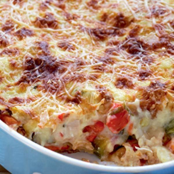Παστίτσιο με κοτόπουλο και λαχανικά Υλικά 1 πακέτο λαζάνια πλατιά 700γρ. φιλέτο από στήθος κοτόπουλου 500γρ. κολοκυθάκια, σε κυβάκια 2 πιπεριές Φλωρίνης, σε κυβάκια 1 κρεμμύδι μεγάλο, ψιλοκομμένο 2 σκελίδες σκόρδο 1 ντομάτα ξεφλουδισμένη, σε κυβάκια 2 καρότα μέτρια, σε κυβάκια 1 φλιτζάνι μαϊντανό ψιλοκομμένο 2 κουτ. σούπας βασιλικό ψιλοκομμένο 1 φλιτζανάκι του καφέ ελαιόλαδο