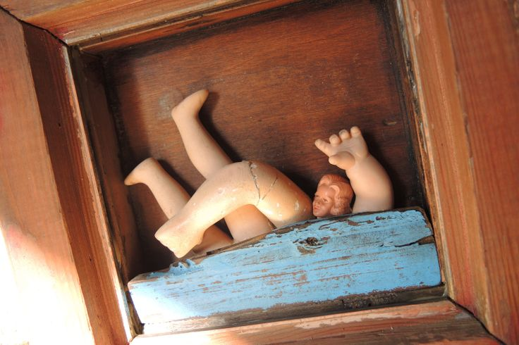 nada_2013 ensamblaje madera, partes de muñeca de yeso, cabeza de muñeca de plástico.