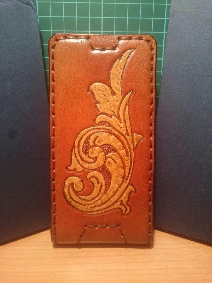 Чехол ручной работы из кожи растительного дубления с тиснением Sheridan для смартфона и фиксацией скрытыми неодимовыми магнитами.