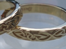 14K yellow gold wedding rings. Made by Jewellerydesigner Ailin Roelvaag. The pattern is made of hearts and eternity symbols, that are weaved celtic style. The pattern goes all the way round, no beginning and no end, just like the symbol of the ring itself. #weddingrings #custommade #celtic #eternity #pattern #jewellerydesign