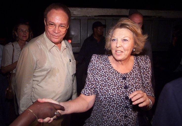 Een doorweekte koningin Beatrix, met naast haar de premier van de Antillen M. Pourier. Koningin Beatrix werd natgespetterd door een golf, nadat zij de plek had bezocht waar een voorbode van de orkaan Lenny veel schade had aangericht.