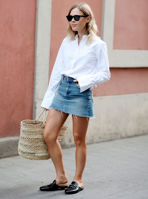 look minimalista com mule e saia jeans