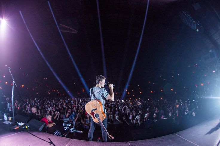 "547.8 mil curtidas, 3,351 comentários - Shawn Mendes (@shawnmendes) no Instagram: ""San Antonio! Thank you for all the love. U were incredible!❤️💙❤️"""